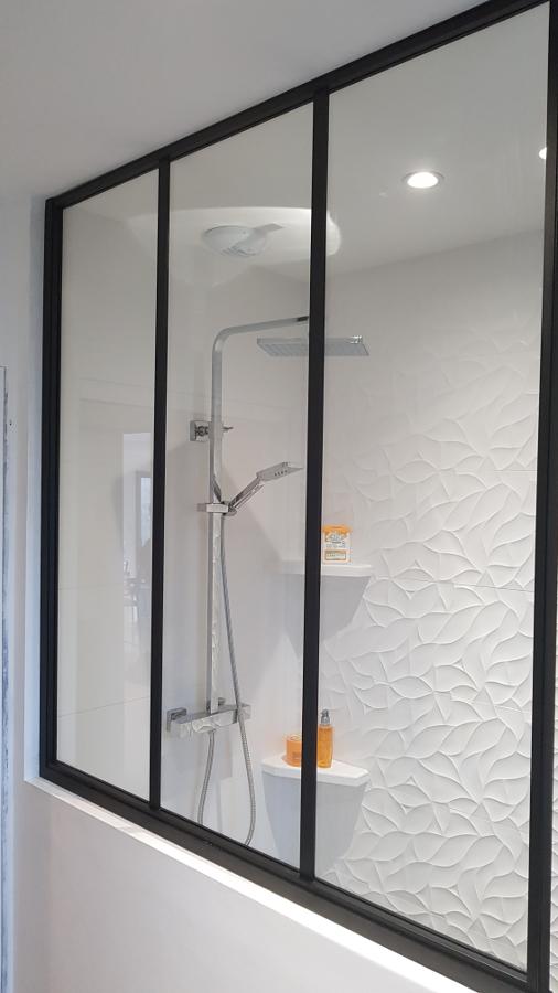 Une cloison vitrée de douche réalisée en Fer à T par MSM Aluminium & Acier.