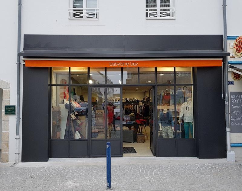 BABYLONE BAY est un des commerces principaux de la villes de FOUESNANT dans le Finistère. La vitrine a été conçue et fabriquée en acier (JANISOL ARTE) par MSM. La pose est le fait de la société 2A Menuiseries.