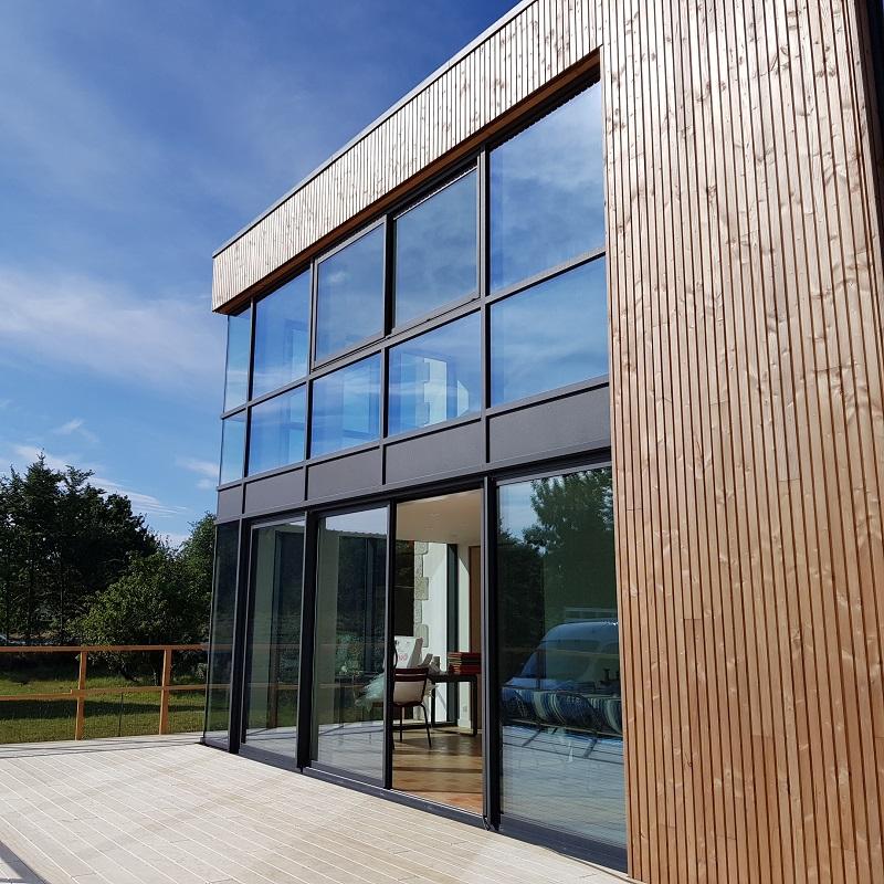 MSM Aluminium fabrique et pose des murs rideaux.