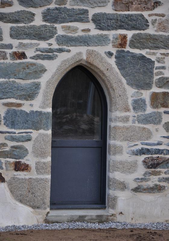 MSM fabrique des portes et fenêtres aux formes aussi diverses que: ogive (photo), plein cintre, cintre surbaissé, anse de panier, demi-lune.